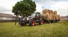 Телескопический погрузчик для сельского хозяйства Bobcat TL35.70+AGRI перевозит груз