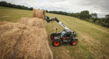 Телескопический погрузчик для сельского хозяйства Bobcat TL38.70HF+AGRI укладывает снопы