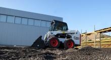 Колесный мини погрузчик Bobcat S550 благоустройство территории