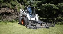 Колесный мини погрузчик Bobcat A770 возле леса