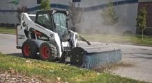 Колесный мини погрузчик Bobcat S570 расчищает дорогу