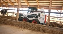 Колесный мини погрузчик Bobcat S590 в сарае