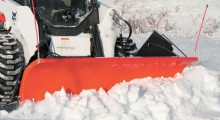 Колесный мини погрузчик Bobcat S650 расчищает снег