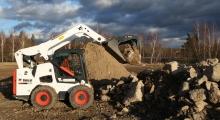 Колесный мини погрузчик Bobcat S770 загружает