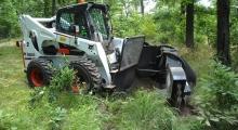 Колесный мини погрузчик Bobcat S850 в лесу