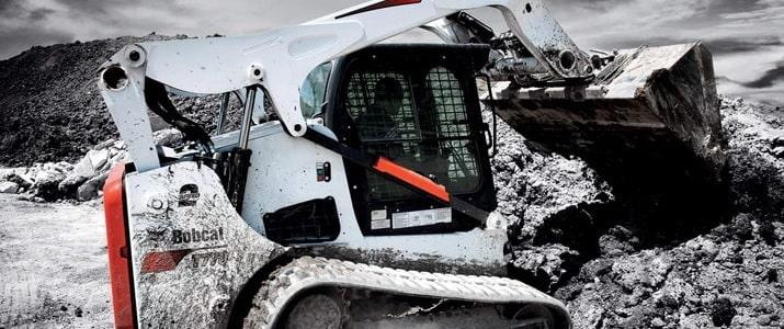 Гусеничный мини погрузчик Bobcat черно-белый