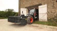 Телескопический погрузчик для сельского хозяйства Bobcat TL26.60+AGRI выезжает из гаража