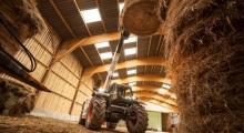 Телескопический погрузчик для сельского хозяйства Bobcat TL30.60+AGRI укладывает снопы