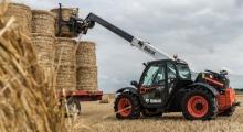 Телескопический погрузчик для сельского хозяйства Bobcat TL30.70+AGRI укладывает снопы
