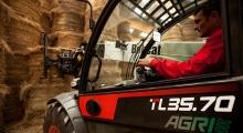 Телескопический погрузчик для сельского хозяйства Bobcat TL35.70+AGRI вид кабины сбоку