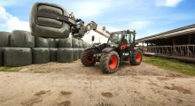 Телескопический погрузчик для сельского хозяйства Bobcat TL38.70HF+AGRI перевозит груз