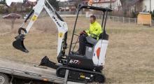 Мини экскаватор Bobcat E17z заезжает на прицеп