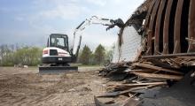 Мини экскаватор Bobcat Е55 разрушает
