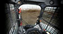 Колесный мини погрузчик Bobcat S450 вид кабины изнутри