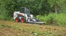 Колесный мини погрузчик Bobcat S510 возле леса