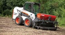 Колесный мини погрузчик Bobcat S550 возле леса