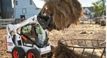 Колесный мини погрузчик Bobcat S590 в работе