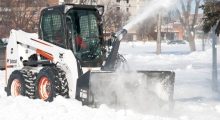 Колесный мини погрузчик Bobcat S630 расчищает снег