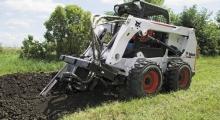 Колесный мини погрузчик Bobcat S630 роет траншею