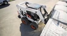 Колесный мини погрузчик Bobcat S650 погрузка материалов