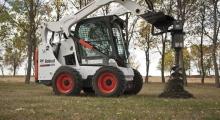 Колесный мини погрузчик Bobcat S530 в парке