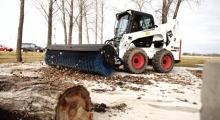 Колесный мини погрузчик Bobcat S770 в лесу