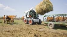 Колесный мини погрузчик Bobcat S770 на поле