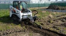 Гусеничный мини погрузчик Bobcat T110 копает