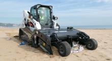 Гусеничный мини погрузчик Bobcat T650 очищает пляж