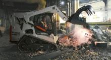 Гусеничный мини погрузчик Bobcat T770 разгружает