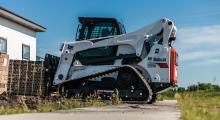 Гусеничный мини погрузчик Bobcat Т870 перемещает груз